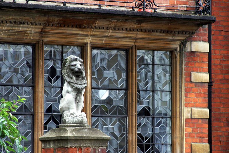 Lion on Old Brompton Road    (click for previous picture)